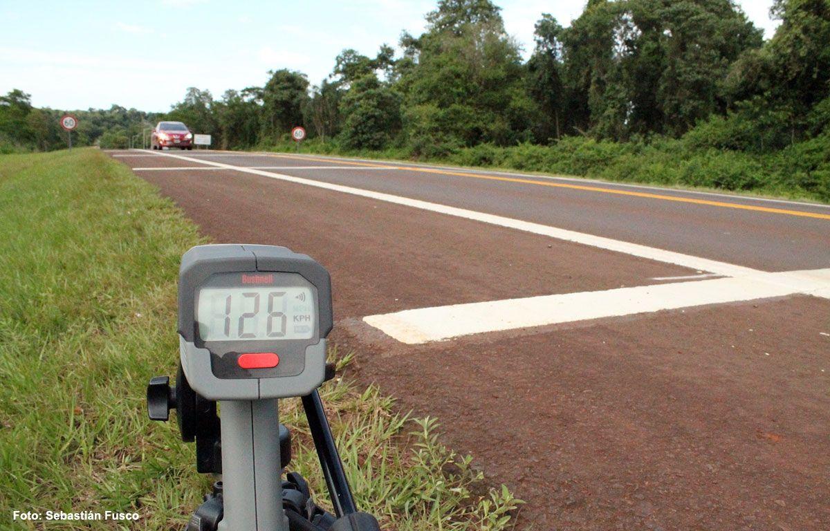El radar de la Red Yaguareté indica los 126 Km./h que alcanza este vehículo a pesar de las Bandas Sonoras, en la ruta Nacional Nro. 12. Misiones. La velocidad máxima permitida es de 60 Km./h.