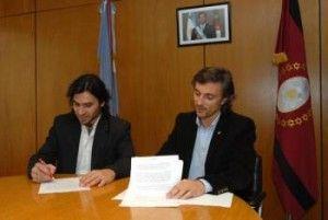 El Lic. Nicolás Lodeiro Ocampo, Presidente de la Red Yaguareté (izq.) y el Dr. Francisco López Sastre, ministro de Ambiente de la provincia de Salta, firman el Acta Acuerdo en la Casa de Salta en Bs. As.